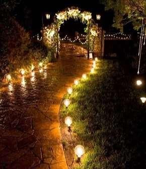 camino de entrada a casapor la noche iluminado con lamparas.