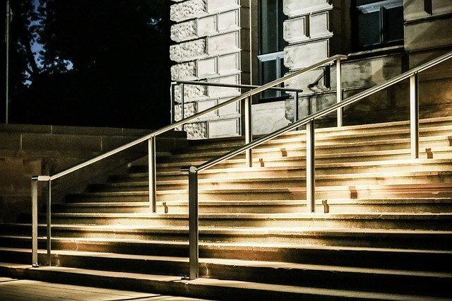 Escaleras de entrada iluminadas con focos empotrados de exterior